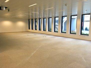 B&C Immobiliere vous propose à la location ces bureaux situés Route d'Arlon à Strassen dans un bâtiment HQE.  Cet ensemble est composé de quatre bloc A, B, C et D sur un parc total de 10486 m2 pour 514 emplacements de parkings en sous terrain et 21 extérieurs.  A ce jour il reste 2 plateaux de 833 m2 et 841 m2 en RDC dans les blocs B & D. Un plateau en étage de 449 m2 dans le Bloc D.  Les plateaux de 833 et 841 m2 sont divisibles par lot de 200 m2.  Un couloir en verre sera installé aux frais du propriétaire qui desservira les bureaux et les WC.  Le cloisonnement intérieur des cellules restent à la charge du locataire qui aura le choix de ses matériaux.  Un hall d'accueil est présent par Bloc avec sas d'entrée et réceptionniste.   Le locataire aura le nom de son entreprise sur un totem au début du bloc plus un autre à l'entrée de son local.  Le type de bail est uniquement du 6 et 9 ans.  Possibilité de louer des places de parkings privatives moyennant 200 € HT Mensuel.  Charges locatives 2.80 € par m2  Highway: A6 et A3 Airport: Aéroport de Luxembourg à 20km Bus: 22 / 28 /223 Station: Gare de Luxembourg à 7km