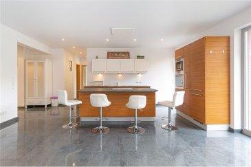 Appartement 2 chambres avec terrasse et jardin RE/MAX vous propose à la vente un appartement dans une résidence située au Kirchberg. Cet appartement  offre une surface habitable d'environ 85 m2 et un jardin privé avec terrasse.  Il est situé au rez-de-chaussée d'une charmante résidence avec finitions soignées achevée fin 2011 à Luxembourg-Kirchberg dans un quartier très prisé, calme, offrant une belle qualité de vie. Il se compose d'un hall d'entrée, WC,  d'une cuisine entièrement équipée ouverte sur un salon/salle à manger traversant avec des baies vitrées et un accès sur la terrasse extérieure avec le jardin. La partie nuit se  compose de 2 chambres et une salle de bain avec WC. Toutes les chambres disposent d'un accès direct au jardin.  Volets électriques dans toutes les pièces. Au sous-sol se trouvent une cave privative et une place de parking privée. Une buanderie et un local vélo complètent ce bien d'exception. À 2 minutes à  du centre financier, des institutions européennes, des banques, restaurants, cinéma, piscine et des galeries commerciales. Seulement 5 minutes en voiture du centre-ville, de l'aéroport et de tous les axes autoroutiers vers l'Allemagne, la Belgique et la France.  Commission d'agence à la charge du vendeur