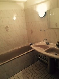Agréable F3 de 73m² refait à neuf, composé d\'une entrée (placards), d\'un séjour, d\'une cuisine, d\'un débarras, de deux chambres, d\'une salle de bain (baignoire) et d\'un WC séparé.  Cave. Box.  Chauffage individuel électrique.  Disponible à partir du 29 septembre
