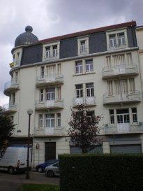 Rue Clovis, à proximité de la Gare SNCF, au 4ème et dernier étage, appartement 3 pièces de 84m², comprenant un entrée, une cuisine séparée, un salon, un séjour, une chambre. Une salle de bains/WC. Chauffage individuel au gaz. Disponible de suite.