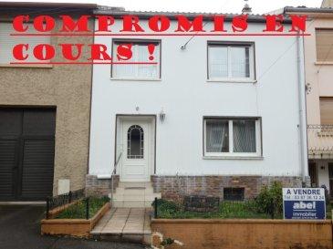 ** COMPROMIS EN COURS **  NOUS VENDONS au 6 place de la Fontaine à BOUZONVILLE (Moselle),  Une maison mitoyenne établie sur un très beau terrain clos et arboré de 15,89 ares d\'un seul tenant.  Elle offre en plain-pied et étage une surface habitable de 137 m2 comprenant :  En rez-de-chaussée :  Un couloir d\'entrée de 12,30 m2 Une cuisine aménagée et équipée de 9,78 m2 Un salon de 13,29 m2 ouvert sur un séjour de 19,25 m2 Une pièce à vivre de 9,99 m2 Un WC séparé de 1,17 m2  A l\'étage :  Quatre chambres de 14,06 – 12,30 – 14,76 m2 et 15,92 m2. Une salle d\'eau avec une douche récente « à l\'italienne » et WC.  Avec aussi à l\'arrière de ces pièces de jour en rez-de-chaussée, une extension en véranda de 31,67 m2 (**). Sa surface n\'a pas été comptabilisée dans le total habitable annoncé.  Un cellier attenant au bâtiment principal.  Une cave    Sur le terrain à l\'arrière, deux anciennes petites dépendances de jardinage.  Directement accessibles par un chemin carrossable menant à l\'arrière de cette rangée de maisons mitoyennes, deux garages construits l\'un sur l\'autre. En niveau inférieur un garage de 25 m2 porte simple, sur la partie haute un garage de 26 m2 à porte motorisée.  *** Niveaux sur dalles béton *** Fenêtres en DV sur châssis PVC OB *** Porte d\'entrée récente en PVC. *** Chauffage au gaz de ville, chaudière de 2012. *** Relié à l\'assainissement collectif.  LE BIEN EST IMMADIATEMENT DISPONIBLE. Il est habitable en l\'état.  CONTACT : Gérard STOULIG – Agent commercial au : 06 03 40 33 55 NB : Les frais d\'agence sont inclus dans le prix annoncé.
