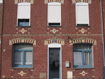 Maison de ville bâtie sur env. 1248m² située à 15 minutes de Cambrai. Hall d'entrée, salon/séjour,cuisine équipée avec coin repas, lingerie, salle de douche, WC, 1chambre, 1 grande pièce. 1er étage : palier, 2 chambres dont 1 avec placard, salle de bains et wc, 1 dressing. 2nd étage : palier, 2 chambres. terrasse - jardin -passage sur le côté -cc gaz - dépendance à rénover entièrement. Prix : 160 500 dont 7% d'honoraires à la charge de l'acquéreur.