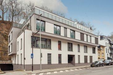 Située à Neudorf, cette résidence de haut standing construite en 2014 comprend 14 appartements.  L'appartement concerné, d'une surface habitable de ± 90 m², se situe au 2ème étage et est orienté sud-ouest. Il est disposé comme suit:  Une entrée avec vestiaire ± 5 m² suivie d'un couloir ± 7 m² desservant la chambre parentale ± 14 m², un WC séparé ± 2 m², une seconde chambre ± 13 m², la salle de bain ± 5 m² équipée Villeroy & Boch, la cuisine ouverte ± 8 m² équipée AEG, une arrière cuisine/débarras aménagé ± 4 m² ainsi que le séjour ±34 m² avec accès à un balcon ± 6 m² longeant l'appartement et orienté sud-ouest.  Une cave ± 6 m² dotée de nombreuses étagères, un emplacement pour voiture sur ascenseur (H1.7) et une buanderie commune complètent l'offre.  Généralités:  •Appartement haut de gamme avec de belles finitions ; •Parquet dans les chambres et dans le séjour ; •Portes-fenêtres en oscillo-battant + ouverture sur le balcon ; •Classe énergétique