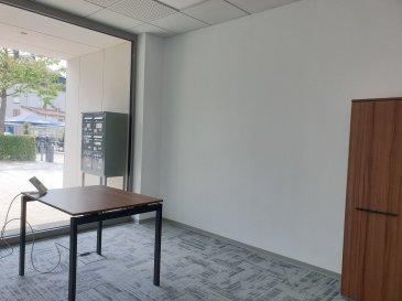 En plein centre-ville de Mondorf-les-Bains dans un immeuble NEUF, A LOUER un BUREAU MEUBLE n°2 AVEC VITRINE de 12 m², au sein d\'un business center à taille humaine.  Chaque bureau meublé dispose de: - 1 grande cuisine équipée, - 1 WC H + 1 WC F.  Les locaux sont NEUF et ce bureau peut accueillir confortablement entre 1 et 2 collaborateurs. Charges incluses (eau C+F, chauffage, électricité, INTERNET et ménage parties communes).  Accessible de plein pied.  Idéal pour toute activité tertiaire, profession libérale, commerciale ou administrative . Parking gratuit devant et à 100 m !  UNE VISITE S\'IMPOSE !  + LOYER : 900 EUR /mois  + CHARGES TOUT INCLUS FORFAITAIRE : 100 EUR/mois + CAUTION : 2 mois + DISPONIBILITE : immédiate + Frais d\'agence : 1170 EUR TTC  Idéalement placé à deux pas de : - grands parkings gratuits - commerces (fleuriste, magasin de vêtement, boulangerie, boucherie, supermarché, salon de thé...), - restaurants et cafés, - banques, poste, - médecins, kinésithérapeutes, pharmacies..., - crèches, parcs et squares, écoles, lycée, - Les thermes (SPA et Fitness) et le Casino. Ref agence :L_bureauM_mondorf2
