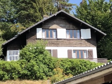 DABO, au calme, sur les hauteurs .  Avec une belle vue sur le massif forestier, JOLIE MAISON INDIVIDUELLE de 132 m2 habitables comprenant: hall d'entrée, salon-salle à manger avec cheminée (insert), véranda, balcon et terrasse, cuisine, salle de bains, 2 wc, palier, 3 chambres. Sous-sol complet: garage, cave. L'ensemble sur un terrain d'environ 60 ares. Prix: 160.250 € FAC dont 6,83% d'honoraires charge acquéreur.