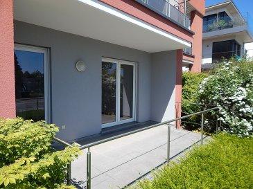 La particularité de cet appartement une chambre (situé au rez-de-chaussée), c'est qu'il a une terrasse (orientée sud) de 5 mètres de long et 2,5 mètres de large. Ce qui veut dire que lorsqu'il fait beau, votre habitation de 52 m2 est prolongée encore par un extérieur de 12 m2 très ensoleillé. Vous pouvez vous extérioriser depuis le living mais aussi depuis votre chambre.  Le living a un espace de 26 m2. Du fait de sa forme rectangulaire, vous pourrez diviser la pièce en séjour et salle à manger (6,9 x 3,8).  Pour ce qui est de la cuisine, comme vous pourrez aussi le voir sur une des photos, elle est très bien équipée, plus que standard même. Par exemple, vous avez en plus du réfrigérateur un congélateur séparé (avec 3 bacs), un four, une plaque de cuisson vitro-céramique avec sa hotte au dessus, un lave-vaisselle, …  La chambre à coucher (sol en parquet) a une superficie de 11 m2 (4,0 x 2,8).  Quant à la salle de bains, sachez qu'elle comprend une baignoire (avec une paroi vitrée pour la douche), un lavabo (encastré dans un meuble) et ainsi qu'un wc.   Côté pratique, sachez aussi que vous avez également un débarras dans l'habitation même, permettant d'y installer votre table à repasser, l'aspirateur ou autres objets encombrants.  En bas de l'immeuble, vous avez une place de parking, cave de 3,30 m2 (2,6 x 1,2) et ainsi qu'une buanderie commune.  Les charges (avance mensuelle de 160 euros, avec un décompte annuel) comprennent le chauffage, l'eau, poubelles, taxes communales et ainsi que tous les frais de l'immeuble.  (Il ne vous reste qu'à payer votre électricité privative et l'abonnement de l'internet).