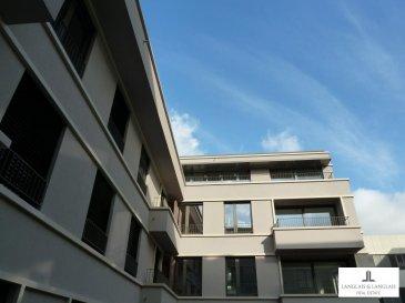Dans une résidence de standing récente située rue Lavandier,  nous vous proposons un appartement très lumineux de 86 mètres carrés.<br><br>Situé au premier étage ainsi qu\'en rez de jardin de l\'autre côté de l\'immeuble avec terrasse de plein pied(17m2) , ce splendide appartement aux finitions exemplaires et de bon goût dispose d\'un living/salle à manger d\'une taille de 36 mètres carrés avec accès balcon.Cuisine ouvert superbement équippée.<br><br>Deux chambres à coucher avec parquet offrant toutes deux un accès terrasse.<br>Une grande salle de bain avec douche italienne et Wc.<br>Wc invités.<br>Alarme.<br><br>Branchement machine à laver/sèche-linge dans la salle de bain et buanderie commune.<br>Salle vélos aux rez de chaussée.<br />Ref agence :5289826