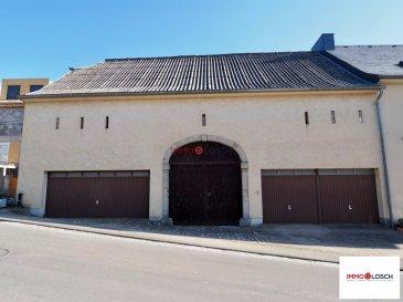 Grand garage avec un dépôt à l\'étage au dessus à louer au centre de Sandweiler<br><br>165m2<br><br>Au rez-de-chaussée la porte du garage au milieu a une hauteur de 2,50m.<br><br>Le garage a une longueur de +/-13m et une largeur de 3,50m.<br><br>A l\'étage toute la grange<br><br>Equipé avec de l\'électricité<br><br>Disponible pour le 1 mai 2021<br>