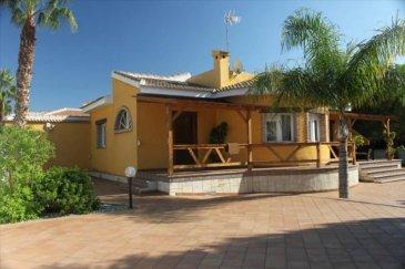 Votre agence Vitrin\'Immo vous propose dès maintenant d\'acuqérir cette somptueuse villa de luxe meublée en Espagne, à une demi-heure de la ville d\'Alicante. 160m² de surface habitable!<br><br>Située entre Elche et Alicante sur la merveilleuse Costa Blanca, tout en étant à seulement à 4 kilomètres de la plage, cette superbe villa met à votre disposition un cadre de rêve ou palmiers et sable fin vous accueillent toute l\'année!<br><br>Vous y trouverez un salon, une très belle pièce repas composé d\'une cuisine américaine avec bar et d\'une salle à manger, deux chambres avec lits doubles inclus, ainsi que deux salles de bains dont une avec douche italienne. Climatisation incluse!<br><br>À l\'extérieur, une superbe terrasse avec mobilier extérieur, piscine et chaises longues vous accueillera pour profiter du soleil de la meilleure des façons!<br><br>Equipée d\'une alarme et d\'un interphone vidéo, sans oublier les portes automatiques.<br><br>Tout est meublé, tout est équipé. Plus qu\'à s\'installer!<br><br>Une aubaine à ne pas rater!<br>