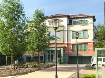 Magnifique PENTHOUSE spacieux (118 m²) avec 4 terrasses de 16 m², 14 m², 12 m² et 11 m² avec une vue imprenable sur un parc avec son étang. L'appartement est réparti sur tout le dernier étage (3ème étage) de l'immeuble qui ne comprend que 3 unités. Immeuble d'un style raffiné et soigné, aux finitions irréprochables et datant de 2012.  Il s'agit d'une construction BASSE ENERGIE Classe