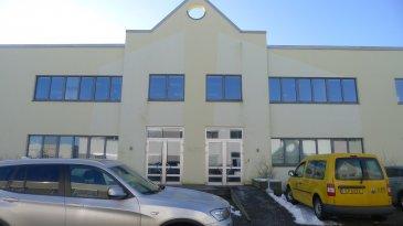 Avec une surface de plus de 1600m², le bâtiment ALTO propose des bureaux de 8m² à 250 m² répartis sur 2 étages.  Les bureaux modulables vous offre un lieu de travail répondant au mieux aux besoins de flexibilité propres aux PME et professions indépendantes....  Bureau sans fenêtre situé au rdch de 8m².  Charges 4,5€ / m² / mois Caution 3 mois de loyer Commission 1 mois de loyer + TVA Bureau meublé 30€ / mois HTVA Parking extérieur 75€ / mois HTVA.