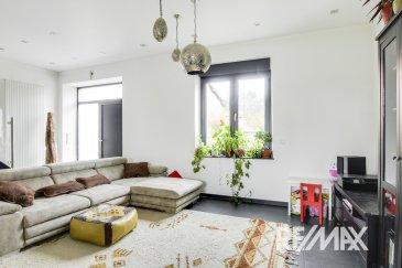 RE/MAX Select, spécialiste de l'immobilier à Belvaux vous propose, à la vente, cette maison magnifiquement rénovée de 180 m² dont 125 m² habitable, et à fort potentiel :  - À 5 minutes du nouveau quartier Belval-Université - Rue et quartier calmes - La maison est libre de 3 côtés  AU REZ-DE-CHAUSSÉE  - Vous avez le garage et vous avez la possibilité d'aménager un studio indépendant de 27 m² sous réserve d'autorisation de la commune, Compte tenu de la proximité de l'Université, ce studio pourrait ensuite être loué 600 à 700 euros par mois.  AU 1er ÉTAGE   - Cuisine équipée toute neuve ouverte sur le salon et la salle à manger - Terrasse de 11 m² avec un accès direct vers le jardin  AU 2e ÉTAGE  - 3 chambres dont une chambre d'enfant et la salle de bain  AU 3e ÉTAGE   - Comble aménagé en une vaste chambre pouvant devenir un petit studio.