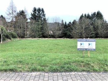 A vendre un terrain à bâtir de 7a 49ca, sans contrat de construction, idéalement situé à côté de la piste cyclable de Walferdange, à proximité de terrains de tennis et du centre aquatique Pidal.   - Possibilité de construire une maison unifamiliale libre de quatre côtés ; - Zone d'habitation HAB-1 ; - Quartier calme et résidentiel ;  - Orientation est-ouest ; - Kirchberg à 10 min. ; Findel à 15 min ; - Commerces et services de la commune de Walferdange accessibles à pied.    Agent responsable : Katia Gravière au 661 33 29 82 ou katia@vanmaurits.lu