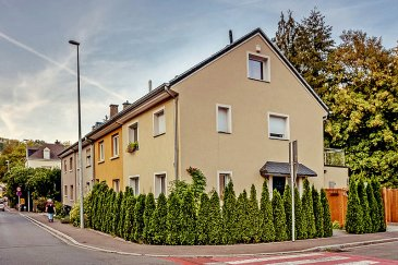 Ce joli appartement meublé de ± 49 m² très bien situé à Luxembourg - Pfaffenthal comprend une cuisine équipée et ouverte donnant sur le séjour de ± 25 m², une chambre de ± 18m² avec placards, une salle de douches ± 5 m² ainsi qu'une buanderie commune de ± 12 m². Entrée séparée - non fumeurs et pas d'animaux.  Généralités:  Disponible à partir du 1er septembre Prévoir 80€ pour nettoyage de l'appartement 2 x 3 hrs / mois Proximité du Kirchberg et Centre Ville Ascenseur panoramique reliant le Pfaffenthal à la Ville-Haute et au Kirchberg  Loyer (toutes les charges incluses TV et Internet également): 1400€ Garantie locative: 2 mois de loyer Frais d'agence: 1 mois de loyer hors charges + TVA à 17%  Agent responsable: Pierre-Yves Béchet Tél: 621 654 086 E-mail: Pierre-Yves@Vanmaurits.lu
