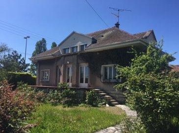 Vue Moselle.  Maison bourgeoise édifiée sur 940m2 de terrain clos comprenant de très beaux volumes. 5 chambres. Terrasse. Sous-sol complet. A voir rapidement.