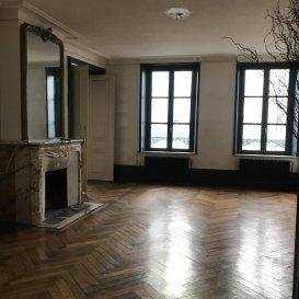 Immense appartement à louer à Pont-À-Mousson.  Appartement au premier étage de 98m2 comprenant :<br> - Un espace nuit avec 2 belles chambres<br> - Cuisine équipée avec barn et salle à manger attenante<br> Aspect très appréciable au niveau de l\'agencement, un confort supplémentaire est garanti par sa salle d\'eau séparée<br> Tranquillité assurée grâce aux fenêtres à double vitrage<br> Très belle hauteur sous plafond et moulures apparentes<br> Loyer : 620 + 30EUR de provisions sur charges avec régularisation annuelle.