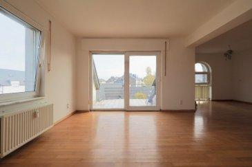 immohub, votre partenaire dans l'immobilier à Oberkorn, vous propose un Studio au 3ème étage, avec ascenseur, dans une résidence sise dans un quartier résidentiel calme et agréable, à proximité des écoles, supermarchés, etc.  Le tout se complète par un garage en bande à l'arrière de la résidence (inclus dans le prix) ainsi qu'une cave privative et une buanderie en commun. Le studio se compose comme suit: - Hall d'entrée - Salle de douche ( WC, douche, lavabo simple, sèche serviette, ventilation) - Grande pièce avec cuisine ouverte non équipée et accès à un spacieux balcon avec une vue dégagée. Détails:   - Double vitrage - Parquet - Pas de vis-à-vis direct