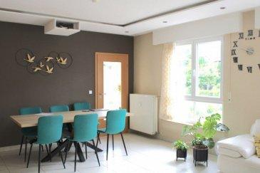 !!!!! OPPURTINITE à SAISIR !!!!<br><br>ImmoNordStrooss à l\'honneur de vous présenter cet magnifique triplex de 203 m² (surface utilisable) 180 m² (surface habitable), Lumineux, Calme, Bien relié et proche de toutes commodités triplex à vendre à Rollingen, Mersch. Descriptif de l\'appartement :<br><br>Premier niveau: <br>- Une porte blindée sécurisée<br>- Un grand hall d\'entrée, avec toilettes invités séparées. <br>- Accès à la salle de bain. <br>- Un grand séjour avec 2 grandes baies vitrées exposition est, accès à une véranda. <br>- Jardin d\'hiver équipé de stores électriques et donne accès à une grande terrasse. <br>- Une cuisine séparée parfaitement équipée. <br>- Carrelage au sol. <br>- Une grande chambre. <br>Surface habitable totale : 88,55 m2 Espace terrasse : 7,58 m2 <br>Deuxième niveau: <br>- Un hall avec un grand placard et un escalier pour accéder au dernier niveau. <br>- Une salle de douche (6 buses) avec WC. <br>- Deux grandes chambres, côté jardin, parquet au sol. <br>- Une chambre avec possibilité de créer un grand dressing. Surface habitable totale : 48,76 m2 Dernier niveau : <br>- Un grand bureau mansardé avec un bureau en bois aménagé. <br>- Une chambre/débarras également mansardée d\'une <br>surface totale : 59,43 m2<br> <br>Un garage de stationnement intérieur séparé (16,5 m2). Un stationnement extérieur. Nombreux parkings publics à proximité. <br><br>Un petit jardin commun complète le tout. <br><br>Les charges mensuelles comprennent - Chauffage au gaz, eau, entretien des espaces verts, nettoyage des parties communes - 300EUR <br>Points forts : Bien entretenu, haut standing. Grande terrasse au calme. Cuisine et salle de bain parfaitement équipées. Un garage et une place de parking extérieur. Bon état général, cet appartement pourrait être occupé en l\'état. Relié à la ville par bus (toutes les 20 minutes), train (15 minutes en pointe) et 2 routes (A7 et CR via Beggen) <br><br>Pour tout complément d\'information et/ou une visite, contactez-nous