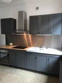 Bel appartement refait proche de la place Duroc .  Bel appartement entièrement refait au 1er étage d'un immeuble calme comprenant :  - une belle entrée  - un toilette séparé  - une salle d'eau  - une chambre donnant sur cour  - un salon séjour ouvert sur la cuisine toute équipée    L'appartement bénéficie d'une proximité avec un parking gratuit ( St Antoine) et les commerces.  La provision sur charge est de 80EUR et comprends : l'eau, l'électricité des communs, l'entretien de la chaudière et le chauffage ! ( gaz de ville )  Loyer : 480+80EUR