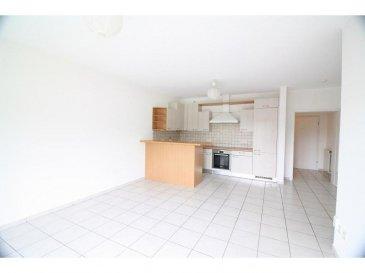 L\'appartement se trouve au deuxième étage d\'une petite résidence au centre de Heisdorf à proximité d\'un petit parc et de la Gare.  Il se compose comme suit: - un hall d\'entrée avec WC séparé - un séjour avec cuisine ouverte avec accès sur le grand balcon - une chambre avec accès dans la salle de douche - La cave et le garage se trouvent au niveau sous-sol Ref agence : ICL 861563