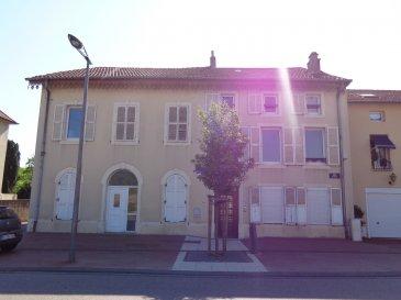 Dan le village de Novéant sur Moselle, au 18 rue Foch, appartement deux pièces de 45 m² situé au 1er étage. Très lumineux, il se compose d'un coin-cuisine équip ouvert sur le séjour, d'une chambre et d'une salle d'eau rénovée avec wc. Chauffage individuel électrique.  Honoraires d'agence selon LOI ALUR 360€ pour la constitution du dossier, la rédaction du bail 3€/m² pour l'état des lieux, soit: 135 € Soit un total de 495 €.