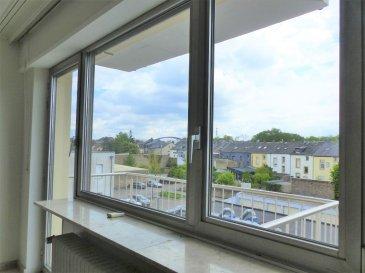 Orienté plein sud et au calme, cet appartement est situé au 3ème étage avec ascenseur dans une copropriété rue de Hollerich à Luxembourg. Il est lumineux et donne sur l'arrière de l'immeuble disposant d'une surface habitable de ± 65 m².   Il se compose comme suit :   La porte d'entrée (sécurisée) s'ouvre sur le palier de ± 6 m² avec un coin vestiaire,  qui dessert d'un côté une chambre de ± 17.5m² et une salle de douche de ± 5m² et de l'autre côté, un grand séjour de ± 30m² avec accès au balcon de ± 5 m² (plein sud avec une vue dégagée) et d'une cuisine équipée.    Une cave de ± 4m² complète l'offre.  Généralités :   •Orientation plein sud avec vue dégagée •Double vitrage ; •Chauffage au gaz ; •Situation idéale, proche de toutes commodités (centre-ville, gare, transports publics, commerces, écoles…) ; •Libre de suite.   Loyer mensuel non meublé :   € 1.600,-    ou meublé (neuf) : € 1.650,- Charges mensuelles :   € 200,- Caution ou garantie bancaire :  3 mois de loyer soit € 4.800,- Frais d'agence : € 1.800,- +17% TVA = € 2.106,-  CONTACT :     Jimmy de Brabant Mobile :          +352 661 167 494 E-mail :           jimmy@vanmaurits.lu