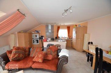 L\'agence immobilière Christine Simon Sàrl ayant un mandat exclusif vous propose un Penthouse d\'une superficie totale d\'environ 69,43 m2 situé à PERL (D) au prix de 349.000 €. L\'appartement est actuellement en location.<br>Idéal aussi pour un investisseur !<br><br>Description du Penthouse au 3ème étage:<br>- Penthouse Nr. 14 d\'environ 69,43 m2 habitable, surface utile environ 165m2. Un hall d\'entrée avec débarras et une toilette séparée. Une cuisine équipée avec Ilot central ouverte sur le living, une grande chambre à coucher et un grenier aménagé. Terrasse d\'environ 80 m2 rénovée en 2015. Un garage fermé pour 1 voiture et un emplacement extérieur devant ainsi qu\'une cave privative.<br>Le Penthouse est climatisé. <br><br>La localité PERL (D) se trouve au coeur des 3 frontières, l\'Allemagne le Luxembourg et la France. Perl est une localité agréable à vivre aussi bien pour des jeunes que pour les personnes âgées. Dans la commune et celles voisines se trouvent de nombreux commerces, écoles p.ex. école fondamentale et le Lycée de Schengen ainsi que des crèches accessibles à pied. L\'entrée de l\'autoroute Saarebruck-Luxembourg est à quelques minutes en voiture.<br><br>Distances de Perl à:<br>02 km à L-Schengen<br>24 km à D-Merzig<br>27 km à D-Saarburg<br>45 km à L-Kirchberg<br><br>Pour plus d\'informations, n\'hésitez pas à contacter l\'agence par eMail: info@chrisitinesimon.lu ou par téléphone: +352 26 53 00 30.<br>Les honoraires d\'agence sont à charge de l\'acquéreur  (3,57 %). <br><br><br><br /><br />Die Immobilienagentur Christine SIMON GmbH mit Alleinauftrag, bietet Ihnen zum Verkauf ein Penthouse mit einer gesamt Wohnfläche von 69,43 qm und 165qm inklusive Terrasse gelegen in Perl (D) zum Preis von 349.000 €.<br>Die Wohnung ist zurzeit vermietet. <br>Geeignet auch für Investoren !<br><br>Beschreibung vom Penthouse im 3 t\'en Stock:<br>- Penthouse Nr. 14 von ungefähr 165 qm Nutzfläche und ungefähr 69,43 qm Wohnfläche. Ein Eingangsbereich mit Abstellkammer 