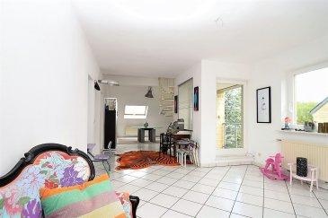 RE/MAX, spécialiste de l'immobilier à Luxembourg, vous propose, ce bel appartement sur 3 étages composé de 3 chambres, d'un grand séjour à côté de la cuisine équipée. La mezzanine permet de faire sur un étage (indépendant) son bureau ou une chambre.  Toutes les pièces bénéficient de surfaces appréciables (116m² habitable /156m² surface au sol), en particulier le séjour salle à manger, donnant sur un balcon, orienté Sud. Le Séjour étant orienté sur 3 côtés est très lumineux.  Jardin sans vis-à-vis en bas, donnant sur une impasse. Une cave en sous-sol. Possibilité de parking.  Location terrain bail emphytéotique : 400 € env./an  Le quartier est en plein développement, l'appartement se trouve dans une rue calme, avec peu de circulation. Beaucoup de commerces de proximité (boulangerie, boucherie, supérette...) dans un rayon de 500m de l'appartement. Ecole en bas de la rue, à gauche. Transport en communs : Bus à proximité