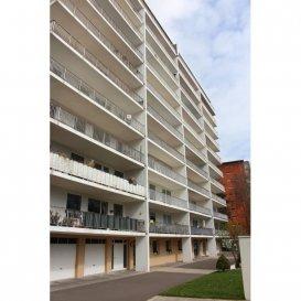 Appartement moderne rénové, bénéficiant d'une bonne luminosité naturelle avec une vue dégagée. L'appartement se compose d'un grand hall, d'un living et d'une cuisine équipée individuelle ainsi que de deux chambres à coucher (sols en parquet) dont une avec accès au balcon (20m2), d'une salle de douche et d'un WC séparé. Le living donne également accès au balcon qui est orienté sud. L'appartement dispose d'une cave, d'un emplacement extérieur et bénéficie d'une piscine extérieure. Il se situe dans un quartier résidentiel très calme. Sa situation géographique permet un accès facile aux Centre-Ville ainsi qu'au Kirchberg. (Institutions Européennes)  Ref agence :882304-L0222