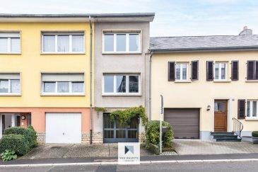 Située dans la commune très recherchée et dynamique de Sandweiler, cette maisontriplex de 1970 est érigée sur un terrain de 1,48 ares, avec une agréable terrasse et jardin. Elle possède une surface habitable ±89 m² pour une surface totale ±141 m².  L'entrée se fait par le garage via une porte en fer vitrée et elle se compose comme suit:  Le rez-de-chaussée, comprend un garage ±16 m² (pour 1 voiture) avec en suite une entrée cage d'escaliers ± 7 m² (isolé du garage), une buanderie/chaufferie ±14 m² avec un accès au jardin.  Le 1er étage, se compose d'une cage d'escaliers ± 6 m², d'un salon ± 20 m², d'un wc séparé ± 2 m², d'un vestiaire/placard ± 1 m², d'une cuisine ± 14 m², équipée et aménagée (four, cuisinière vitrocéramique, hotte aspirante, frigo, lave-vaisselle, plan de travail en granit, nombreux rangements de couleurs noir moderne, ...),donnant accès par une porte fenêtre à un balcon ± 5 m² (orienté Ouest).  Le 2ème étage, sous combles, dispose d'un palier ± 4 m² avec un puit de lumière, 2 chambres ± 13 et 18 m² ainsi qu'une salle de douche ± 4 m² (douche, lavabo, wc).  Enfin, un grenier aménagé et isolé ± 21 m², est accessible par une trappe et sert actuellement comme chambre d'appoint.  Plans disponible, 50€ par mois pour l'électricité et 40€ par mois pour le gaz   Détails complémentaires:  Maison/Triplex bien entretenue; Double vitrage, châssis PVC, volets manuels de 1997; Chaudièreau gaz