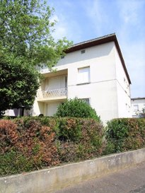 Montigny-lès-Metz, maison mitoyenne. Au calme, idéale pour famille ou investisseur, maison de bonne construction, composée :<br>de deux appartements pré-éxistants<br>au rez-de-chaussée : une entrée, un grand séjour, une cuisine équipée, un salon, une buanderie, un wc.<br>A l\'étage, 3 chambres dont 1 avec balcon, une salle d\'eau, une cuisine non équipée et WC Ind<br>Un sous-sol complet, un garage et un jardin.<br>