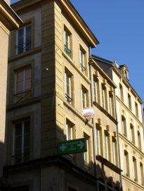 Au calme de la rue Blondel, en plein centre-ville, se trouve un appartement 3P en duplex de 85m². Situé au 4ième et dernier étage, il se compose d'un séjour, de deux chambres, d'une cuisine meublée, d'une salle de bain et d'un wc. Chauffage individuel au gaz.  Honoraires d'agence selon LOI ALUR 525 € pour la constitution du dossier, la rédaction du bail 3€/m² pour l'état des lieux, soit: 255 € Soit un total de 780 €.