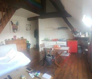 METZ  - appartement F2. SPECIAL INVESTISSEURS - METZ  quartier Gare -  Rue Ausone.<br/>Appartement F2 de 36 m2  situé au 4ème et dernier étage d\'un immeuble  ancien composé d\'une entrée, une cuisine salon séjour, une salle de bains avec WC, en mezzanine une chambre.<br/>Petite copropriété de 5 appartements  (lot N°26)<br/><br/>Actuellement loué 442 € HC.<br/><br/>Chauffage individuel gaz. Double vitrage PVC<br/><br/>Contact : Sandrine Perceval 06.34.65.29.84<br/><br/>Copropriété de 27 lots (Pas de procédure en cours).<br/>Charges annuelles : 800.00 euros.