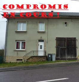 ** COMPROMIS EN COURS ! **  NOUS VENDONS à BOUZONVILLE (Moselle)  non loin du centre-ville, de ses commerces et services ;  Sur un terrain de 20a80, partiellement clos , une maison individuelle, avec partie habitation, grange, local professionnel et studio, soit :     Pour la partie habitation.  En rez-de-chaussée : Une entrée et dégagements de 5.87 m² Une pièce à vivre de 16,01 m2 ouverte sur la cuisine Une cuisine ouverte de 14.84 m² Une salle de bains avec WC, de 7.99 m² À l\'étage  : Un dégagement de 5.04 m² Une première chambre, servant de salon, pour 11.70 m² Deux chambres de 11.47 et 12.07 m² Une salle d\'eau et WC, de 4.59 m².  Sous combles, un grande pièces mansardée avec poutres de charpente apparentes, pour 18.74 m².  Soit une surface totale habitable de 108.32 m² pour cette partie habitation.  B) Pour sa grange Une surface libre de 34 m² sous une hauteur sous plafond constante à 4.48m. Le sol est bétonné. Cette grange est traversante de part et d\'autre du bâtiment, ouverte sur les deux façades par deux grandes portes à battants.  C) Pour le local professionnel Il est constitué d\'une seule pièce de 26.56 m². Ce local est ouvert sur rue par une porte PVC blanc et par grande baie vitrée en PVC double vitrage. (non visible sur la photographie présentée). Ce local peut être chauffé par un chauffage électrique fixe. À l\'arrière, un local d\'entrepôt.  D) Pour le studio. Situé à l\'étage, il est constitué d\'une grande pièce séparée en deux, avec un espace jour de 42 m², d\'une salle d\'eau de 8.78 m² à l\'arrière de cet espace. Soit au total d\'une surface habitable de 50.78 m². Sur le côté d\'un escalier menant à une mezzanine de 15.47 m²,  un espace de stockage libre aménagé au-dessus du plafond en bois de la grange sur une surface de 32.83 m² (non comptabilisé dans la surface habitable).    Ce petit appartement bénéficie d\'un compteur électrique séparé et d\'une installation électrique récente.   Il bénéficie d\'un accès indépendant par le côté droit du