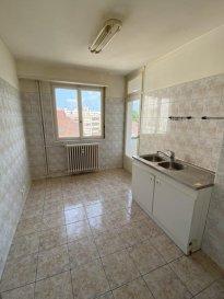 3 pièces - 75m2 - STRASBOURG Neudorf.  Nous proposons à la location ce grand appartement de 3 pièces, idéalement situé dans le quartier Neudorf à Strasbourg, à proximité du tram et de toutes commodités.  Le logement, au 5ème étage avec ascenseur, se compose : d'une grande entrée, d'une cuisine nue avec accès à un balcon, un salon, deux chambres, une salle de bains et un WC séparé. Une cave complète également la location.  Chauffage et eau chaude collectifs par gaz. Loyer : 1 100EUR par mois charges comprises (dont 250EUR de provisions sur charges avec régularisation annuelle). Libre de suite. Honoraires à la chage du locataire : 637.50EUR (dont 225EUR pour l''état des lieux).  HEBDING IMMOBILIER 03.88.23.80.80