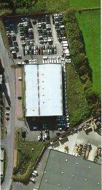 empocasa Strassen vous propose un entrepôt avec des bureaux et hall de stockage d'une surface totale(extérieurs exploitable compris) de 11.094,42 m2 agencé comme suit:  HALL: Entrepôt au rez-de-chaussée d'une surface de: 2.145,87 m2 Bureaux au rez-de-chaussée d'une surface de : 164,00 m2 Bureaux au 1ér étage d'une surface de: 164,00 m2 Second bureaux au 1ér étage: 162,70 m2 SURFACE TOTALE DU HALL: 2.636,57 m2  EXTERIEUR (stockage possible) Terrain nord d'une surface de : 1.753,76 m2 Terrain est d'une surface de : 2.136,48 m2 Terrain sud d'une surface de : 552,65 m2 Terrain ouest d'une surface : 4.014,96 m2 SURFACE TOTALE EXTERIEURE: 8.457,85 m2   TOTAL DES SURFACES: SURFACE BUREAUX: 490,70 m2  SURFACE (stockage possible) 10.603,72 m2  Disponibilité: septembre 2019  Pour avoir de plus amples renseignements, n'hésitez guère à contacter l'agence
