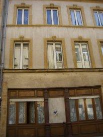 Rue Mazelle, au 1er étage, studio de 14m² comprenant un coin-cuisine équipé, ouvert sur pièce à vivre, salle d'eau/WC. chauffage électrique. Disponible à compter du 15 Décembre 2018