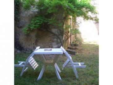 . Une maison ancienne rénovée comprenant en rez de jardin : pièce à vivre, cuisine, salle d\'eau avec WC. Au premier : une grande pièce avec cheminée, une chambre. Grenier sur le tout. Cave dans le roc. Appentis. L\'ensemble sur 150 m2.