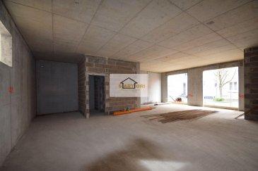 Sartori Immo, agence immobilière à Bettembourg a le plaisir de vous présenter ce charmant commerce au rez de chaussée dans une nouvelle résidence à 1 min de la gare à BETTEMBOURG .  Le local dispose au Rdc de 85 m2 avec un WC pour homme et un WC pour femme et une petite cuisinette.   Vous disposez également  d'un accès direct à la grande cave/dépôt qui se trouve au sous sol et un emplacement intérieur .                                 ----- IMPORTANT -----  loyer 1610 € emplacement 170 € charge 250 € caution 4830 € ( 3 mois de loyer )   Le local sera prêt pour toute activité commerciale.  Disponible au plus tard en octobre 2020.       Pour plus d'informations, veuillez contacter Madame Batista au 691 905 150.            Ref agence :B571