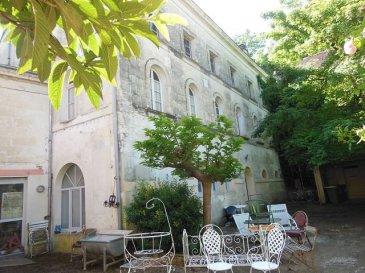 . Dans copropriété : Appartement de 89.60m2 à aménager, deux pièces et rangement, centre ville de La Chartre.