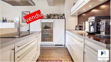 Situé à Luxembourg-Ville, au 15 rue des Jardiniers dans le quartier de la Ville-Haute/Belair, au 2ème étage d'une résidence datant de 2008, cet appartement de 93 m² habitables se compose comme suit :   un hall d'entrée de ± 10 m² avec des armoires encastrées donne accès au séjour de ± 42 m² avec sa cuisine ouverte, composée d'un îlot central, donnant accès à un balcon de ± 2 m², avec une vue dégagée, ainsi qu'à deux chambres de ± 12 m², de ± 15 m². Ce bien dispose également d'une salle de bains de ± 9 m².  L'appartement est vendu avec un emplacement de parking dans le sous-sol de la résidence, qui par sa taille permet le stockage.  Dans les parties communes se trouvent une buanderie et un local pour les vélos.   L'appartement sera disponible en juin 2020.     Généralités : - Situation hyper centrale ;  - Service de conciergerie dans la résidence ; - Appartement en très bon état ; - Proximité des campus scolaires : International School et Lycée Athénée de Luxembourg ; - Les Parcs de la Pétrusse, de Merl et de Monterey accessibles à pied ; - Accès facile aux réseaux autoroutiers et à la gare de Luxembourg.   Agent responsable : Katia Gravière au 661 33 29 82 ou katia@vanmaurits.lu