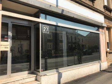 AMNEVILLE  CENTRE - LOCAL COMMERCIAL/PROFESSIONNEL. A 2 pas de la rue principale et de la Mairie, local en rez de chaussée, comprenant une pièce principale de 32 m² sur rue avec vitrines et un bureau séparé de 10 m². WC. Pour activité commerciale ou professionnel. Bail courte durée.