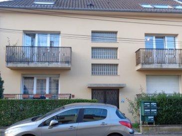 Rue de l'Entente, à proximité de la Piscine de Montigny, au 2ème et dernier étage, appartement 5 pièces, mansardé, de 92m² comprenant un coin-cuisine meublé ouvert sur la pièce à vivre, 3 chambres, une salle de bains, WC. Buanderie et cellier. Cave, Garage fermé. Chauffage électrique. Disponible de suite.