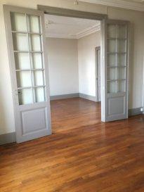 4 pièces - 94 m2 - EPINAL.  Grand appartement de 94m2 au deuxième étage d'un immeuble situé à Epinal. Il comprend une entrée avec couloir, une cuisine séparée simple avec placards, un salon/séjour, deux chambres, une salle de bains et wc séparés. Aussi, une cave, et un jardin mis à disposition.  Chauffage individuel au gaz. Disponible fin août 2019.