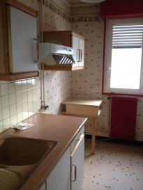 Un appartement sis au 5ème étage comprenant cuisine, séjour, chambre, salle de douche, wc, placard. 1 cave. 1 parking souterrain.