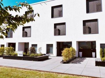 Situées en plein cœur du site d'Esch Belval, cette maison mitoyenne bâtis en 2016 au style résolument moderne est d'une surface habitable de ±179m², se compose comme suit:  l'entrée ± 5 m2, avec vestiaire et wc, donne sur une porte vitrée conduisant au séjour ± 32 m2. Celui-ci est doté de larges baies vitrées s'ouvrant sur la terrasse orientée Ouest et son abri pour ustensiles et meubles d'extérieurs. La cuisine ± 8 m2, équipée Siemens, est fonctionnelle et dispose de nombreux rangements. Le premier étage comprend deux chambres de ± 16 et 20 m2 ainsi qu'une salle de bain ± 10 m2 avec douche italienne, double lavabo et wc. Le deuxième étage comprend également deux chambres de ± 16 et 20 m2, une salle de douche ± 5 m2 avec lavabo, un wc séparé ± 1 m2 et un palier ± 6 m2 avec armoires encastrées. Le sous-sol se compose d'une cave de rangement ± 5 m2, d'une chaufferie ± 8 m2 avec connexions pour la buanderie et d'un garage fermé ± 50 m2 permettant d'y garer deux à trois voitures. L'accès au garage se fait par l'entrée en copropriété mais chaque maison dispose de sa porte de garage avec un accès direct à l'habitation.  Généralités: Domotique Triple vitrage Thermostat Classe énergétique A-A; Finitions haut de gamme ; Situation idéale;  Loyer : 2.750€ ; Garantie locative : 2 mois de loyer ; Frais d'agence : 1 mois de loyer + TVA 17% ; Charges : 200 € Bail de 2ans minimum  Agent responsable: Muzalia Sarah Tél : 621 748 117 E-mail: Sarah@vanmaurits.lu