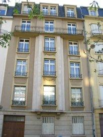 Quartier Sainte Thérèse A proximité de la Gare de Metz, bel appartement quatre pièces de 87 m² situé au 2ième étage de l'immeuble 42 rue de Verdun. Il dispose d'une entrée, d'un salon-séjour, de deux chambres, d'une cuisine avec accès balcon, un débarras et d'une salle de bain avec wc. Vous disposez également d'un garage ! Chauffage individuel au gaz. .  Honoraires d'agence selon LOI ALUR 639 € pour la constitution du dossier, la rédaction du bail 3€/m² pour l'état des lieux, soit: 261 € Soit un total de 900 €.
