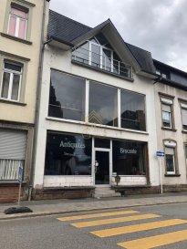 -- FR --<br/><br/>A LOUER -un local commercial avec un appartement d une surface de +/- 405m2, au Centre d\'Ettelbruck, à 2 pas de la gare et de la zone piétonne.<br><br>Le bien se réparti comme suit:<br>espace commercial de +/-300m2 (RDCH + 1ER ETAGE) comprenant au rdch, une grande pièce ouverte avec un bar, espace bureau et à l\'étage aussi grand espace ouvert, bureau, WC et débarras.<br><br>Appartement au 2ème étage de +/-80m2 qui se compose d un hall menant vers l espace vie une chambre et salle de bain. Une mezzanine complète cet étage.<br><br>Au sous sol: grande cave de +/-170m2 pour stockage.<br><br>Rafraîchissement à prévoir!<br><br>Pour plus d informations, n\'hésitez pas à contacter le nr. 621589136.<br><br><br><br><br />Ref agence :72865
