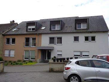 Agréable appartement à vendre dans le village de Colpach-Bas situé au 1er étage d'une résidence.  - hall d'entrée avec coin vestiaire - séjour / salle à manger avec coin cuisine équipée, sortie sur balcon - salle de bain - 1 chambre à coucher - cave - 1 emplacement extérieur - buanderie commune.