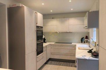 REAL G IMMO, vous propose cette belle Maison mitoyenne situé dans une rue calme du quartier de Weimerskirch à 10 min. du Centre- Ville.  Vous offrant une surface habitable de + / - 117m², entièrement rénovée.    Ce bien se compose comme suit :  Au Rez de chaussée : Un spacieux hall d\'entrée, un garage pour 1 voiture, une buanderie et également un WC séparé.  Au premier étage : Un salon / Salle à manger de + / - 37.40 m², une belle cuisine équipée avec accès à une cour fermé et une terrasse.  Au deuxième étage : Trois chambres à coucher et une Salle de douche avec WC.  Complément d\'informations : Proche de toute commodités tel comme : école, crèche, commerces et transports publiques.      Pour plus de renseignements ou une visite des lieux (également possibles le samedi sur rdv), veuillez nous contacter au 28.66.39.1.  Les prix s\'entendent frais d\'agence de 3 % TVA 17 % inclus.  Les visites ont repris, et nous sommes heureux de pouvoir à nouveau vous revoir ! Notre équipe sera équipée de gants et de masques afin de vous recevoir ou vous faire visiter nos biens en toute sécurité.  Ref agence : 73360